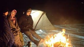 Tre handelsresande förbi brand som är höger på is på natten Tältplats på is Tältet står bredvid brand baikal lake Närliggande fin arkivfilmer