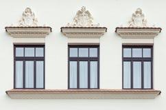 Tre hanno decorato le finestre del palazzo fotografia stock