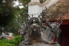 Tre hanno diretto il drago fatto di bronzo con la palla di vetro nella loro bocca sulla cima dei bruciaprofumi antichi al tempio  Fotografie Stock Libere da Diritti