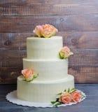Tre hanno messo a strati la torta di formaggio crema di nozze con le rose e la prateria verde oliva Fotografia Stock