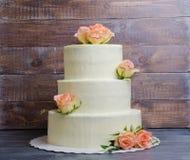 Tre hanno messo a strati la torta di formaggio crema di nozze con le rose e la prateria verde oliva Immagini Stock