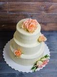 Tre hanno messo a strati la torta di formaggio crema di nozze con le rose e la prateria verde oliva Immagine Stock
