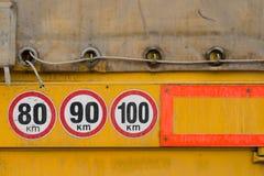 Tre hastighetsbegränsningtecken Fotografering för Bildbyråer
