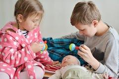 Tre hemmastadda barn royaltyfria bilder