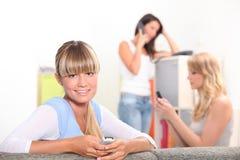 Tre kvinnliga housemates Arkivfoton