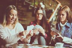 Tre hemmastadda spela kort för flickor Arkivbilder