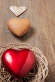 Tre hjärtor på trä Arkivbild
