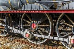Tre hjul av en lokomotiv royaltyfria foton
