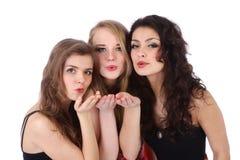 Tre härliga caucasian kvinna överför en kyss Fotografering för Bildbyråer