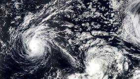 Tre Hurricanes, stormtromb, satellit- sikt Några beståndsdelar av denna video som möbleras av NASA lager videofilmer