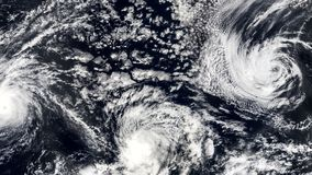 Tre Hurricanes, tornado delle tempeste, vista satellite Alcuni elementi di questo video ammobiliato dalla NASA stock footage