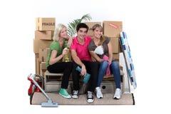 Tre hus-mates flytta sig Royaltyfri Bild