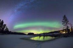 Tre i en - norrsken, meteor och den mjölkaktiga vägen gör en fantastisk sikt Royaltyfria Foton