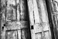 Tre incrinati e porte stagionate Fotografia Stock
