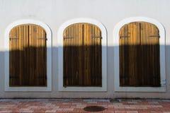 Tre jämbördiga antika Windows-dörrar, begrepp - gör ditt val med olika efterbehandlingar royaltyfria bilder
