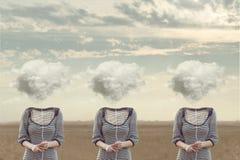 Tre jämbördiga personer som döljer hans framsida med ett moln Arkivbilder