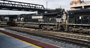 Tre järnvägmotorer som drar långa Railcars för mil Fotografering för Bildbyråer
