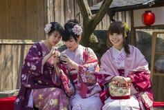 Tre japanska flickor i kimono arkivbilder