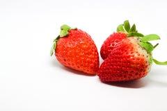 Tre jordgubbar på en vit bakgrund 2 Arkivfoton