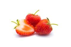 Tre jordgubbar som isoleras på vitbakgrund arkivbilder