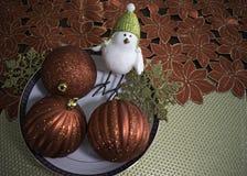 Tre julbollar och en fågel Fotografering för Bildbyråer