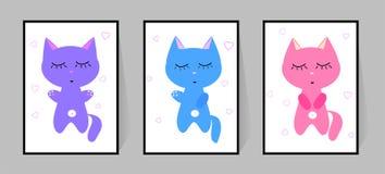 Tre kattungar med ögon stängde sig Ställ in av färgaffischer Gulligt sovrum för barn för dekor för tecknad filmvektortecken Isole stock illustrationer