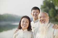 Tre kinesiska personer med den Tai Ji Clothes Smiling At kameran fotografering för bildbyråer