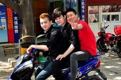 Pixian gammal Town, Kina: Tre tonår på en motorcykel arkivfoton