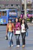 Tre kinesiska tonåringar på gatan Royaltyfri Fotografi