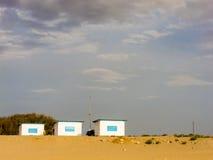 Tre kojor på en strand royaltyfri fotografi