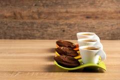 Tre koppar av nya kaffe- och chokladkex som förläggas på tabellen royaltyfria foton