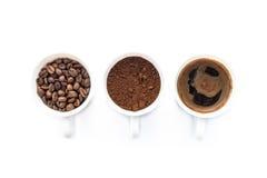 Tre koppar av olika etapper av att förbereda kaffe Arkivfoto