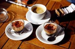 Tre koppar kaffe på en trätabell Arkivfoton