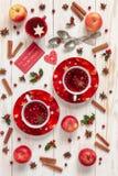 Tre koppar med den varma julfruktdrinken med kryddor och berriy arkivbild