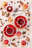 Tre koppar med den varma julfruktdrinken med kryddor och berriy royaltyfria foton
