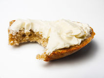 Tre-korn bröd, skiva med gräddost Arkivfoton