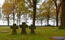 Tre kors på den Langemark kyrkogården, Flanders fält Royaltyfri Fotografi