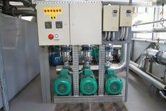 Tre kraftiga pumpar med en kontrollbord Arkivfoton