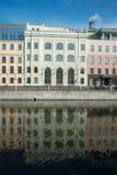 Tre kulöra affärsbuldings på en flod Royaltyfri Foto