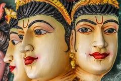 Tre kvinnaframsidor som göras av stenen i hinduisk tempel Arkivbild