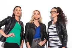Tre kvinnafriens som drömmer i studio Royaltyfria Foton