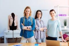 Tre kvinnlig som är på arbetsplatsen arkivbild