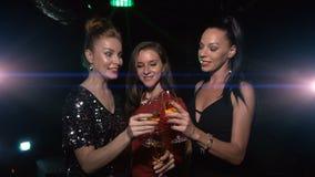 Tre kvinnliga vänjubel och finkaexponeringsglas med champagne arkivfilmer
