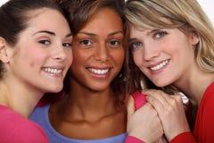 Tre kvinnliga vänner Royaltyfri Foto