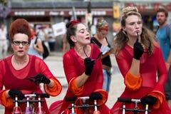 Tre kvinnligkomediförfattare i gatan royaltyfri fotografi