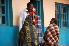 Tre kvinnor i apoteket av byn Pomerini i Tanzani Arkivfoton