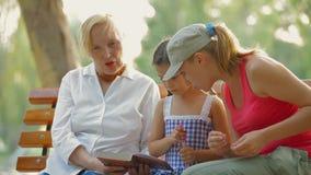 Tre kvinnor i en parkera