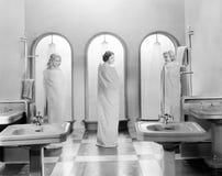 Tre kvinnor i ett badrum tillsammans (alla visade personer inte är längre uppehälle, och inget gods finns Leverantörgarantier som royaltyfria bilder