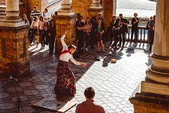 Tre kvinnor i traditionella dr?kter dansar spansk flamenco p? plazaen de Espana p? Februari 2019 i Seville arkivfoton