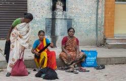 Tre kvinnor säljer mänskligt hår i gatan Arkivbilder